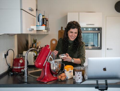 Pauline Leenders leert haar leerlingen de beginselen van het bakken via Teams